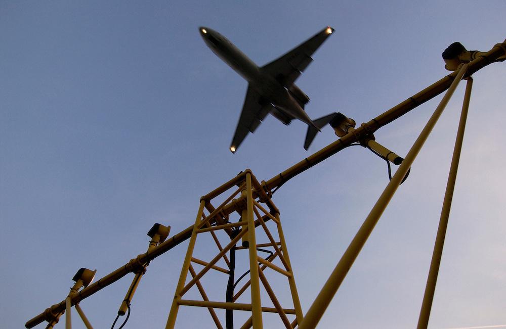 Nederland,Schiphol, 30  sept 2003<br />Landend vliegtuig. Luchtvaart, luchtverkeer, mobiliteit, reizen.<br />Foto (c) Michiel Wijnbergh/Hollandse Hoogte