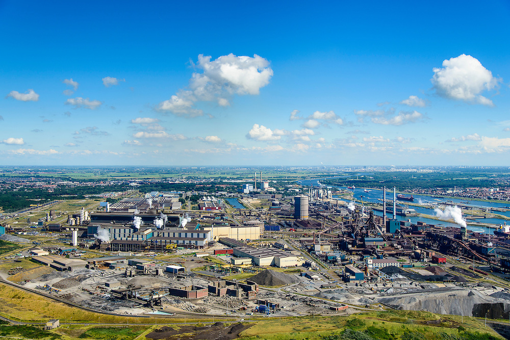 Nederland, Noord-Holland, IJmuiden, 01-08-2016; Velsen-Noord, terrein van Tata Steel met Oxystaalfabriek (li) en twee hoogovens.<br /> Tata Steel industrial site, steel works.<br /> <br /> luchtfoto (toeslag op standard tarieven);<br /> aerial photo (additional fee required);<br /> copyright foto/photo Siebe Swar