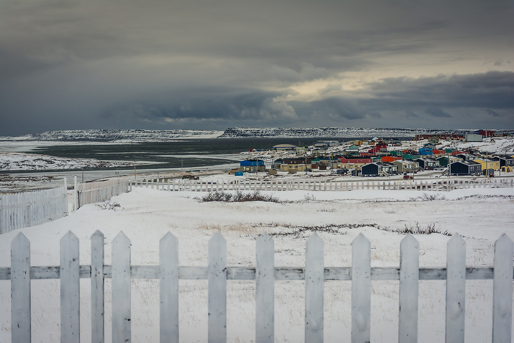 The town of Inukjuak as we can see it from the cemetery.