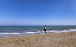 THEMENBILD - ein Tourist am Strand an einem heissen Sommertag, aufgenommen am 16. August 2018 in Larnaka, Zypern // a tourist on the beach on a hot summer Day, Larnaca, Cyprus on 2018/08/16. EXPA Pictures © 2018, PhotoCredit: EXPA/ JFK