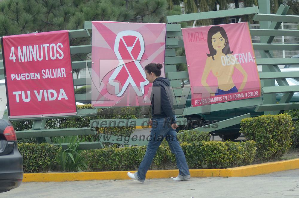 Toluca, México (Octubre 18, 2016).- En el mes de la Concientización sobre la Detección del Cáncer de Mama, clínicas y hospitales realizan la campaña para invitar a las personas a se revisen y puedan detectar a tiempo el cáncer,  colocando carteles en el exterior e interior de los mismos.  Agencia MVT / José Hernández