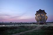"""Nederland, Nijmegen, 16-4-2020 Sinds enkele dagen staat een replica van een Romeins masker op het Lentereiland in de nevengeul bij Nijmegen, """" Het Gezicht van Nijmegen """" getiteld. Het beeld van 6 meter hoog refereert aan de Romeinen die de stad rond het jaar 0 stichtten, en is daar geplaatst om als blikvanger en uitkijkpunt te dienen . Aan de achterkant kun je erin om door de ogen te kijken . Het origineel bevindt zich in museum het Valkhof. De maker en ontwerper is kunstenaar Andreas Hetfeld . Het originele gezichtsmasker is in 1915 opgevist uit de Waal. Foto: Flip Franssen"""