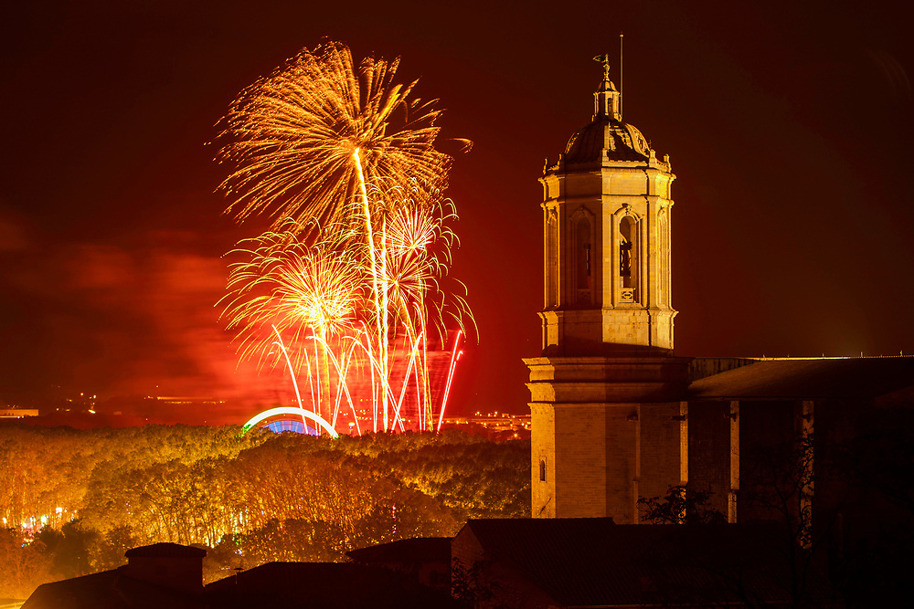Descripció: Castell de focs per donar el punt final a les festes de Sant Narcís 2018.<br />Any: 2018<br />Mes: 11<br />Dia: 04<br />Autor: Toni Vilches Fotografia