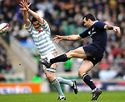 Twickenham. GREAT BRITAIN, Cambridges Edward ANDREWS attempts to charge down, Joe ROFF's clearence kick, during the 2006 Varsity Rugby Match at Twickenham Stadium, England 12.12.2006. [Photo, Peter Spurrier/Intersport-images] Sponsor, Lehman Brothers,