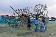 Pirotécnicos arman la parte superior de un castillo para concursar en la Feria.