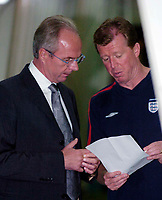 Fotball<br /> 04.09.2004<br /> Foto:SBI/Digitalsport<br /> NORWAY ONLY<br /> <br /> Østerrike v England<br /> World Cup Qualifier<br /> <br /> England coach Sven Gøran Eriksson (L) holds a conversation with Steve McClaren