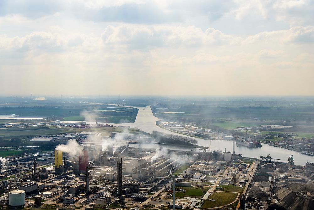 Nederland, Zeeland, Zeeuws-Vlaanderen, 01-04-2016; Sluiskil, kanaal Gent-Terneuzen, gezien naar Sas van Gent. In de voorgrond stikstofbindingsbedrijf Yara, fabricage van kunstmest, ammoniak, ureum, salpeterzuur, CO2 (kooldioxide).<br /> Yara, nitrogen compound company, manufactures fertilizer, ammonia, urea, nitric acid, CO2 (carbon dioxide).<br /> luchtfoto (toeslag op standard tarieven);<br /> aerial photo (additional fee required);<br /> copyright foto/photo Siebe Swart