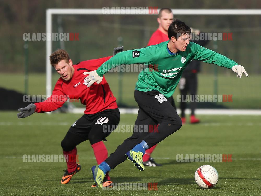 Daniel G. Andersen (Avarta) passerer Mads Laudrup (FC Helsingør).