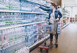 THEMENBILD - eine Frau trägt eine Schutzmaske und Handschuhe bei ihrem Einkauf in einem Supermarkt während der Coronavirus Pandemie, aufgenommen am 28. März 2020 in Kaprun, Österreich // a woman wearing a protective mask and gloves while shopping in a supermarket during the coronavirus pandemic, Kaprun, Austria on 2020/03/28. EXPA Pictures © 2020, PhotoCredit: EXPA/ JFK