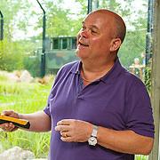 NLD/Rotterdam/20150626 - Paul de Leeuw opent nieuwe leeuwenverblijf Diergaarde Blijdorp, Paul de Leeuw opent met de afstandsbediening het nieuwe leeuwenverblijf