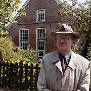 Schrijver Martin van Amerongen voor het huis waar hij in de oorlog ondergedoken zat Taandersdwarsstraat 23