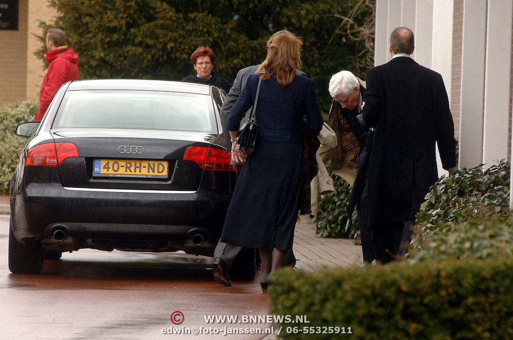 NLD/Driehuis/20060408 - Uitvaart Frederique Huydts, vader, moeder, ouders