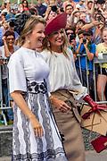 Koningin Mathilde en Koningin Maxima aanwezig bij de viering van 75 jaar vrijheid in Terneuzen.
