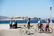 Fietsers kijken naar Alcatraz in San Francisco. De Amerikaanse stad San Francisco aan de westkust is een van de grootste steden in Amerika en kenmerkt zich door de steile heuvels in de stad. Ondanks de heuvels wordt er steeds meer gefietst in de stad.<br /> <br /> Cyclists look at Alcatraz in San Francisco. The US city of San Francisco on the west coast is one of the largest cities in America and is characterized by the steep hills in the city. Despite the hills more and more people cycle.