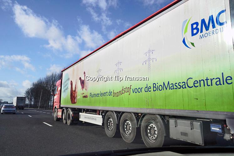 Nederland, Andelst, 7-2-2019Een vrachtwagen geladen met biologische eieren rijdt op de snelweg A15. Op de zijkant staat dat deze kippenboerderij haar mest verkoopt aan een biomassacentrale .Foto: Flip Franssen