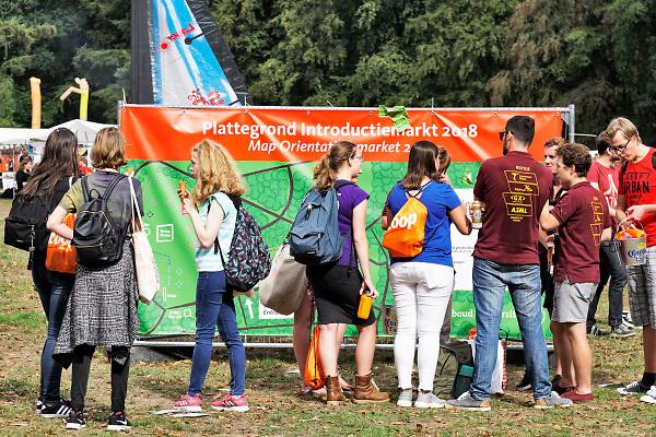 Nederland, Nijmegen, 20-8-2018Informatiemarkt voor eerstejaars studenten tijdens de introductie, introductieweek, voor het nieuwe studiejaar aan de Radboud Universiteit, RU. Op deze markt staan organisaties , instellingen en bedrijven die zich op de studenten en jongeren richten .In de komende week kunnen de eerstejaars studenten kennismaken met hun studiegenoten, sportverenigingen, studentenverenigingen en de stad. FOTO: FLIP FRANSSEN/