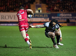 Scarlets' Gareth Davies evades the tackle of Toulon's Ma'a Nonu<br /> <br /> Photographer Simon King/Replay Images<br /> <br /> European Rugby Champions Cup Round 6 - Scarlets v Toulon - Saturday 20th January 2018 - Parc Y Scarlets - Llanelli<br /> <br /> World Copyright © Replay Images . All rights reserved. info@replayimages.co.uk - http://replayimages.co.uk