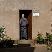 A monk enters the fence. This space is strictly reserved for the community. No visitors are allowed to enter. Solesmes on 18-10-19<br /> Un moine pénètre dans la clôture. Cet espace est strictement réservé à la communauté. Aucun visiteur n'est autorisé à y entrer. Solesmes le 18-10-19