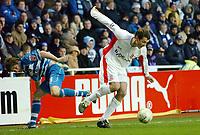 Photo: Kevin Poolman.<br />Reading v Birmingham City. The FA Cup. 28/01/2006.<br />Birmingham's Chris Sutton (R) shrugs off John Oster.