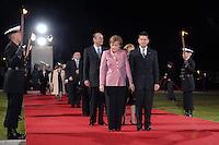 """24 MAR 2007, BERLIN/GERMANY:<br /> Jacques Chirac (L), Praesident Frankreich, Angela Merkel (M), CDU, Bundeskanzlerin, und Joachim Sauer (R), Ehemann von A. Merkel, gehen an einer Formation von  Soldaten des Wachbataillons der Bundeswehr mit Fackeln vorbei zu einem Abendessen auf Einladung des Bundespraesidenten, im Rahmen des Treffens der Staats- und Regierungschefs der Europaeischen Union  anl. des 50. Jahrestages der """"Roemischen Vertraege"""" <br /> IMAGE: 20070324-03-025<br /> KEYWORDS: Ehepartner"""