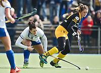 UTRECHT - Kampong speelster Julia Muller (l) in duel met Lidewij Welten van Den Bosch,  zondag tijdens de competitiewedstrijd tussen de vrouwen van Kampong en Den Bosch (0-1) FOTO KOEN SUYK