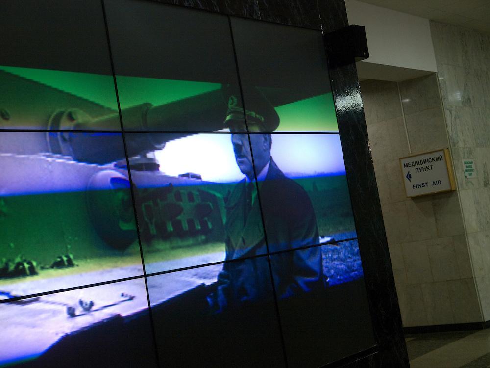 """Moskau/Russische Foederation, RUS, 10.05.2008: Film Projektion im Museum des Grossen Vaterlaendischen Krieges in Moskau. Das Museum befindet sich auf dem Berg """"Poklonnaja Gora"""". Verbunden damit ist der sogenannte Siegespark mit einer offenen Darstellung von militaerischen Fahrzeugen, Flugzeugen und Kanonen.<br /> <br /> Moscow/Russian Federation, RUS, 10.05.2008: Film projection in the Museum of the Great Patriotic War in Moscow at Poklonnaya Gora (Bowing Hill). Featured is the Victory Park with an open display of military vehicles, aircraft, cannons and the Central Museum building of the Great Patriotic War."""