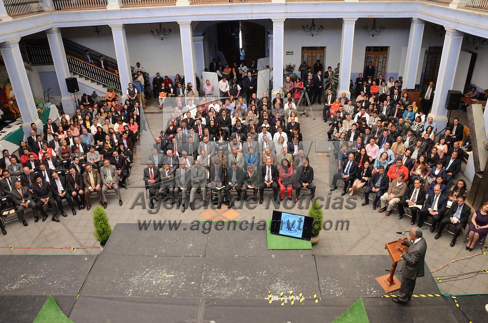 Toluca, Méx.- Francisco Javier García Bejos, secretario del trabajo del Estado de México, encabezó la ceremonia del 126 aniversario de la creación de la escuela de artes y oficios EDAYO, donde se entregaron medallas conmemorativas a ex alumnos, promotores y maestros de estas escuelas. Agencia MVT / José Hernández