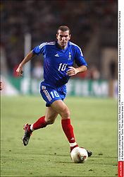 © Christian Liewig/ABACA. 37433-1. Tunis-Tunisia. 21/08/2002. French midfielder Zinedine Zidane during a friendly match France vs Tunisia at Rades stadium near Tunis. The two teams drew 1-1.  Equipe de France de Football French Soccer Team Tunisian Team Equipe de Tunisie Tunesische Nationalmannschaft Zidane Zinedine Activite sportive Sport Activity Football Foot Soccer Seule Seul Seuls Seules Alone Tunis Tunisia Tunesien Tunisie En pied Full length Vertical Vertical  | 37433_01