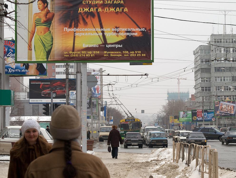 Nowosibirsk/Russische Foederation, RUS, 19.11.07: Strassenszene mit Werbung im Zentrum der sibirischen Hauptstadt Nowosibirsk.<br /> <br /> Novosibirsk/Russian Federation, RUS, 19.11.07: Street scene with commercials in the center of the Siberian capital city Novosibirsk.