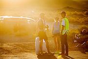 Gareth Hanks (links) en zijn vrouw praten met Alan Kraus na afloop van de race op de zesde racedag van de WHPSC. In de buurt van Battle Mountain, Nevada, strijden van 10 tot en met 15 september 2012 verschillende teams om het wereldrecord fietsen tijdens de World Human Powered Speed Challenge. Het huidige record is 133 km/h.<br /> <br /> Gareth Hanks (left) is talking to his wife and Alan Kraus on the sixth day of the WHPSC. Near Battle Mountain, Nevada, several teams are trying to set a new world record cycling at the World Human Powered Vehicle Speed Challenge from Sept. 10th till Sept. 15th. The current record is 133 km/h.