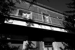 Nel centro di Lizzano in provincia di Taranto, a ridosso del castello, possiamo trovare il vecchio cinema Massimo. Edificato negli anni 30, inglobando una parte del castello, il cinema Massimo è ormai chiuso da tempo e ridotto allo stato di abbandono, anche se gli attuali proprietari vorrebbero riportarlo al suo stato naturale. Nel corso degli anni ha subito varie deturpazioni, ma soprattutto parte degli oggetti presenti nel cinema sono stati rubati.