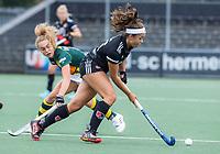 AMSTELVEEN - Noor de Baat (Amsterdam) met Eva van 't Hoog (HDM) tijdens de competitie hoofdklasse hockeywedstrijd dames, Amsterdam-HDM (1-1).  COPYRIGHT KOEN SUYK