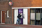Nederland, Kampen, 14-1-2018Geldautomaat van de SNS bank. Bij een geldautomaat, pinautomaat, flappentap, staat een man geld, contant, cash, money, te pinnen. FOTO: FLIP FRANSSEN