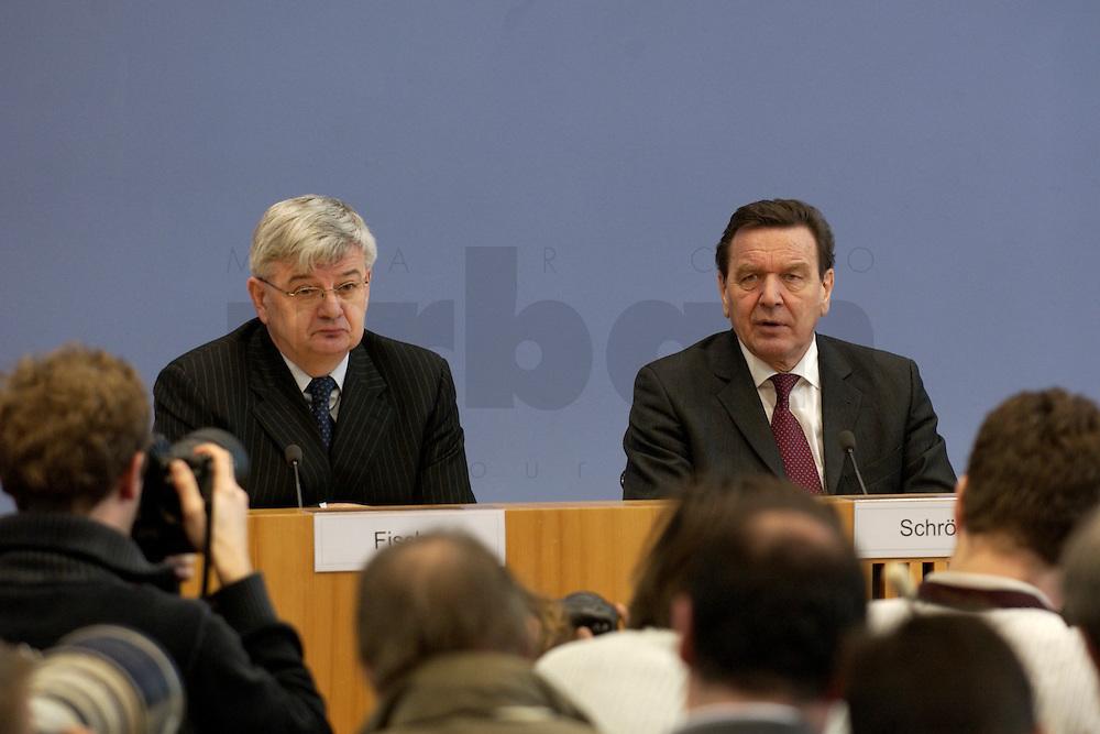 05 JAN 2005, BERLIN/GERMANY:<br /> Joschka Fischer (L), B90/Gruene, Bundesaussenminister, und Gerhard Schroeder (M), SPD, Bundeskanzler, waehrend einer Pressekonferenz zur Fluthilfe der Bundesregierung<br /> and Joschka Fischer (L), Federal Minister of Foreign Affairs, und Gerhard Schroeder (M), Federal Chancellor of Germany, press conferece about the donations for the tsunami-hit nations<br /> IMAGE: 20050105-01-024<br /> KEYWORDS: Gerhard Schröder, Flutkatastrophe, Sturmflut, Erdbeben, Treppe, Tsunami, Journalisten