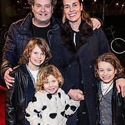 NLD/Amsterdam/20161222 - Première 32ste Wereldkerstcircus, Dirk Zeelenberg, partner Suus en kinderen Zoé Philip Lodewijk, Kees en Bobbi