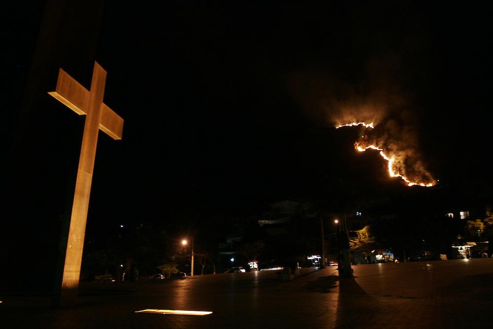 Belo Horizonte _ MG, 05 Agosto de 2007....Incendio destroi parte da serra do curral,conhecido ponto turistico da cidade,no bairro mangabeiras,esta noite na capital mineira.....FOTO: MARCUS DESIMONI / AGENCIA NITRO......