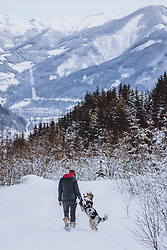 THEMENBILD - eine Frau mit einem Australian Shepherd in der winterlichen Berglandschaft, aufgenommen am 27. Jänner 2021, Kaprun, Österreich // a woman with an Australian Shepherd in the winter mountain landscape, Kaprun, Austria on 2021/01/27. EXPA Pictures © 2021, PhotoCredit: EXPA/ JFK