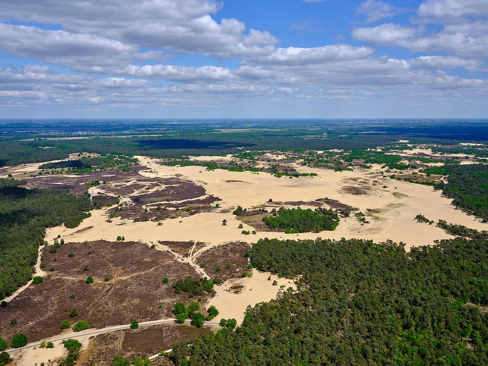 Nederland, Noord-Brabant, Drunen, 14-05-2020; Nationaal Park De Loonse en Drunense Duinen, bijgenaamd de Brabantse Sahara. Kenmerkend voor het gebeid zijn de drogezandverstuivingen met het stuifzand .<br /> De Loonse en Drunense Duinen National Park, nicknamed the Brabant Sahara. Characteristic of the area are the dry sand drifts with the drifting sand.<br /> <br /> aerial photo (additional fee required);<br /> copyright foto/photo Siebe Swart