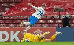 Kasper Schmeichel  (Danmark) bliver ramt i hovedet af Albert Guðmundsson (Island) under kampen i Nations League mellem Danmark og Island den 15. november 2020 i Parken, København (Foto: Claus Birch).