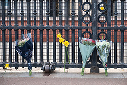 © Licensed to London News Pictures. 09/04/2021. London, UK. Flower tributes are laid outside Buckingham Palace on the announcement of the death of the DUKE OF EDINBURGH PRINCE PHILIP. He was 99 years old and had spent final days at Windsor with Queen after a 28-night stay in hospital for an infection and heart condition. Photo credit: Ray Tang/LNP