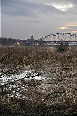 Nederland, Nijmegen, 4-2-2015Zicht in de avond bij schermerlicht van de ondergaande zon op de stad aan de rivier de waal.Beeld is genomen vanuit de ooijpolder, stadswaard, waar de stad direct in overloopt.FOTO: FLIP FRANSSEN/ HOLLANDSE HOOGTE