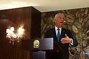 Marcelo Rebelo de Sousa, responde a questões da comunicação social, na sala oficial de recepções do aeroporto de Luanda. O Presidente português efectua uma visita de estado a Angola  de 5 a 9 de Março