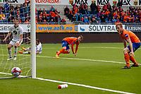 1. divisjon fotball 2018: Aalesund - Mjøndalen. Aalesunds Adam Örn Arnarson (midten) setter inn 2-1 i førstedivisjonskampen i fotball mellom Aalesund og Mjøndalen på Color Line Stadion. Vetle Dragsnes til venstre.