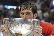 Alexander Ovechkin (RUS) mit dem Pokal © Thomas Oswald