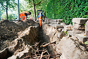 Nederland, Nijmegen, 2-9-2020 In de wijk Brakkenstein worden leidingen vervangen.  Mannen bezig met graafwerk . Foto: ANP/ Hollandse Hoogte/ Flip Franssen