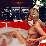 Club Elegance Amsterdam naakte dame in bad, prostituee protestactie