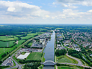 Nederland, Gelderland, Gemeente Lochem, 21–06-2020; Twentekanaal in Lochem, bedrijventerrein Kwinkweerd met ForFarmers Group op bedrijventerrein Kwinkweerd. Exelsebrug in de voorgrond.<br /> Twente Canal in Lochem, business park with ForFarmers Group.<br /> luchtfoto (toeslag op standaard tarieven);<br /> aerial photo (additional fee required)<br /> copyright © 2020 foto/photo Siebe Swart