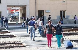 THEMENBILD - An den Bahnhöfen in Südtirol stranden seit Monaten jede Woche Hunderte Flüchtlinge. Wer es über das Meer bis nach Italien geschafft hat, versucht, rasch weiter in Richtung Norden zu kommen, meist werden sie dabei von deutsch-österreichisch-italienischen Polizeistreifen aus den Zügen geholt. Am Bahnhof in Bozen und am Brenner werden sie von Helfern versorgt. Viele der Flüchtlinge wollen nach Deutschland und Skandinavien. Der Brenner ist nur ein Etappenziel. Hier im Bild Flüchtlinge unter Polizeibewachung auf dem Weg zur Grenzpolizeitation am Bahnhof Brenner. Aufgenommen am 9. August 2015 am Bahnhof Brenner // Asylum seekers crowding the Brenner railway station on the border between Tyrol, Austria and South Tyrol, Italy, 09 August 2015. Each Week hundreds of asylum seekers reportedly are stopped by Austrian, German and Italian police. The Austrian government has been struggling to house masses of new arrivals, as some provincial leaders and many mayors have opposed hosting asylum seekers in their communities. More than 28,300 people applied for refugee protection in Austria in the first half of the year, with many coming from Syria, Afghanistan and Iraq. EXPA Pictures © 2015, PhotoCredit: EXPA/ Johann Groder