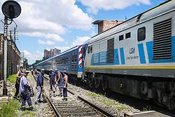 Operários trabalham na linha férrea do transporte público por trens, em Buenos Aires. FOTO: Jefferson Bernardes/ Agência Preview