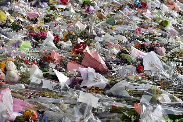 Nederland, the Netherlands, Holland, die niederlande,pays bas,25-7-2014Ruim een week na de vliegramp waarbij boven de Oekraine het passagierstoestel van Malaysian Airways werd neergeschoten door een raket, luchtdoelraket, bezoeken mensen de bloemenzee bij vertrekhal 3 op Schiphol.FOTO: FLIP FRANSSEN/ HOLLANDSE HOOGTE